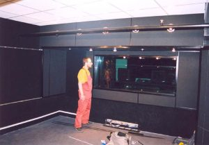Окно в студии - 4 стекла , два из которых расположены под углом. Толщина стёкол - 14мм, 16мм, 18мм и 20мм. И ни каких стеклопакетов. Идеальное решение.