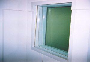 Идеальный вариант окна между дикторской и аппаратной - 3 стекла разной толщины, под разными углами.