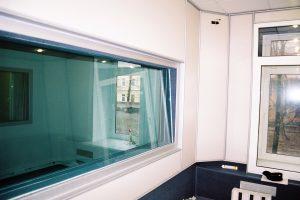 Окно между эфирной и информационной студией