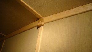 Детали отделки, стык отделки стены и потолка. Наличники из массива ясеня