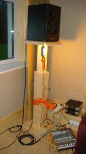 Подставку под монитор (с регулируемой высотой) мы сделали сами из массива сосны