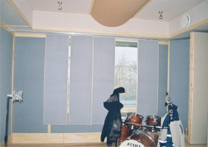 В случае, когда элементы переменной акустики обращены в помещение поглощающей стороной и окно закрыто, можно добиться среды открытого пространства.