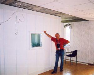 Довольный работой мастер. 45 дБ - уровень звукоизоляции помещения.