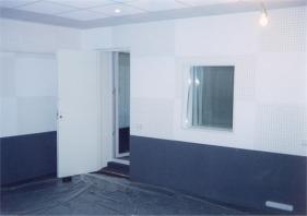Тамбурный вход, состоящий из двери на основе двухкамерного стеклопакета и усиленной офисной двери обеспечивает уровень звукоизоляции порядка 40 дБ